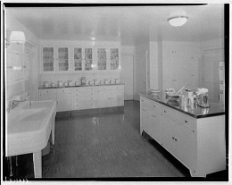 Kitchen with Island (CC BY 2.0) by whitewall buick