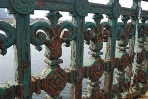 Rust on longfellow bridge boston - CC BY-SA 3.0 - by Wing